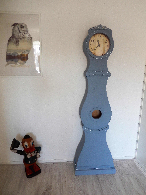 Mooie blauwe klok in Zweedse stijl